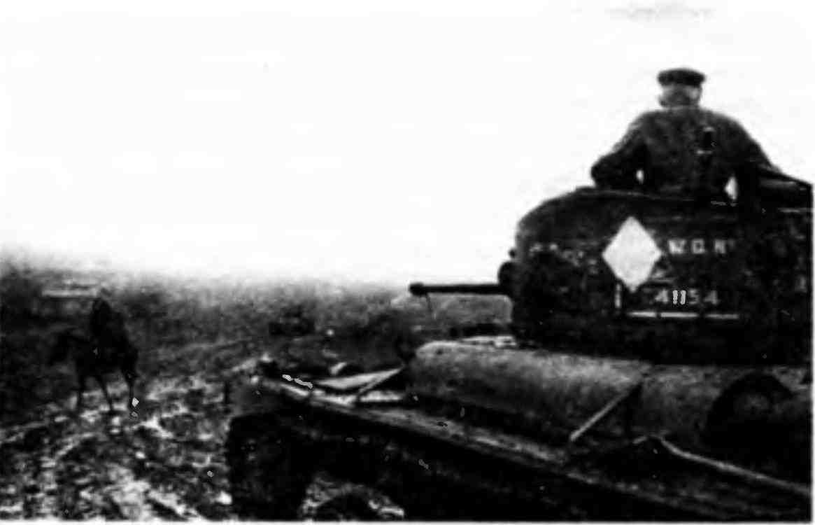 Танк МК-III «ВалентайнVII» 52-й Краснознаменной танковой бригады направляется к передовой. На башне отчётливо виден белый ромб— тактический знак 52-й бригады. Закавказский фронт, ноябрь 1942 года.