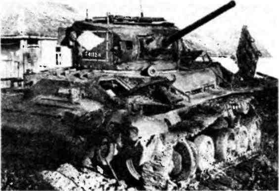 Канадский танк «ВалентайнVII» из состава 52-й Краснознамённой танковой бригады, подбитый у г. Алагир. Северный Кавказ, 3 ноября 1942 года. Помимо номера военного департамента, отчётливо видного на башне, о принадлежности этой машины к модификации «ВалентайнVII» можно судить по стволу спаренного пулемёта «Браунинг» и литой лобовой части корпуса.