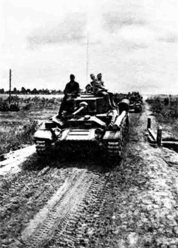 Танки «ВалентайнV» (с трёхместной башней) на марше. 1-й Белорусский фронт, 1944 год.