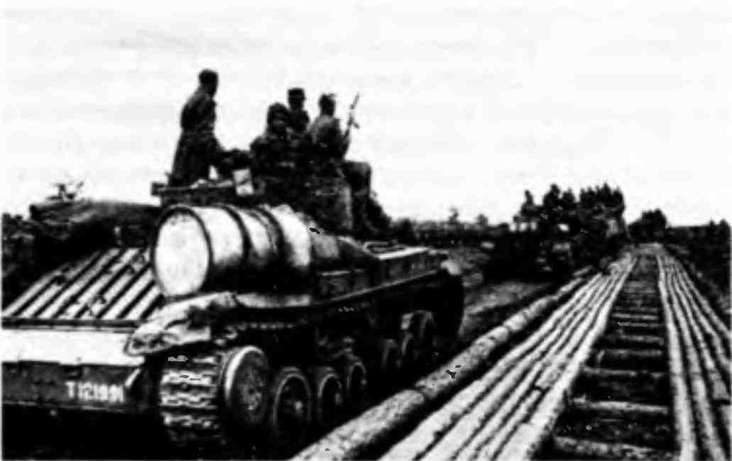 Колонна «валентайнов» на подступах к Барановичам. На переднем плане— «ВалентайнV». Белоруссия, 1944 год.