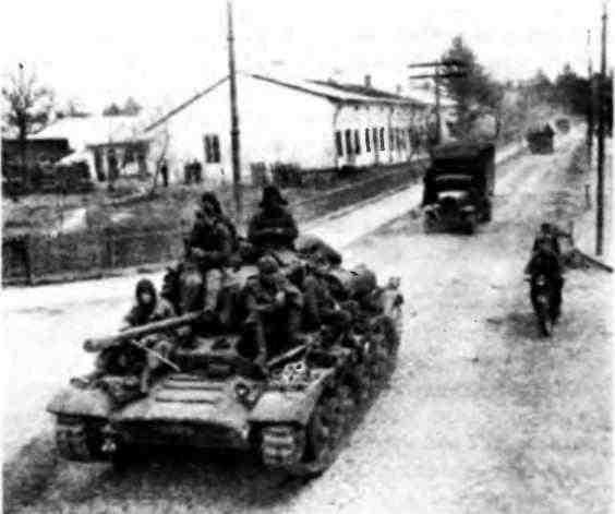 Танки «ВалентайнIX» проходят по улицам г. Ботошаны. Румыния, апрель 1944 года.