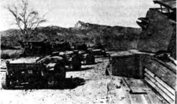 Колонна танков MK-VII на марше. На корме последней машины видны опознавательные знаки и маркировка 1-й английской бронетанковой дивизии, из состава которой танки и были переданы СССР.