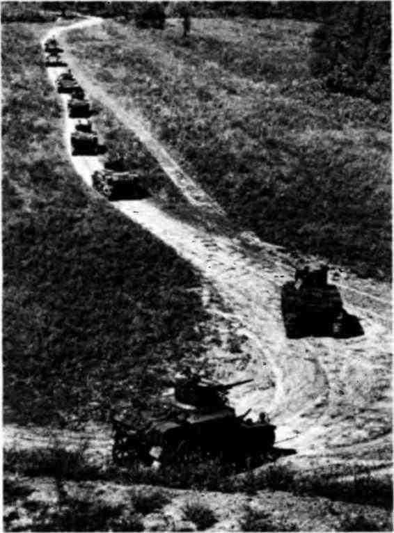 Колонна танков 5-й гвардейской танковой бригады. Во главе колонны «валентайны», за ними— МЗл. Северо-Кавказский фронт, август 1942 года.