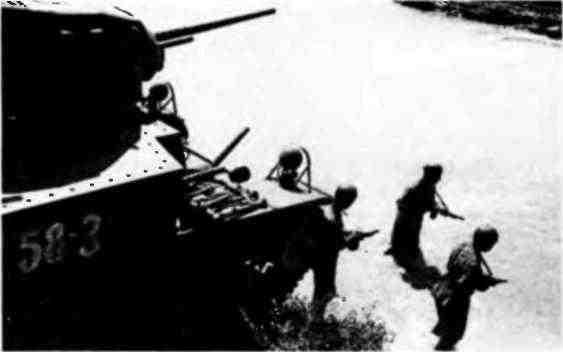 Экипаж танка МЗл изучает возможность форсирования водной преграды вброд. Северо-Кавказский фронт, август 1942 года. Многие американские танки поначалу поставлялись вместе с экипировкой и личным оружием для экипажа. На фотографии хорошо видны американские танковые шлемы на головах танкистов и пистолеты-пулёметы «Томпсон» у них в руках.