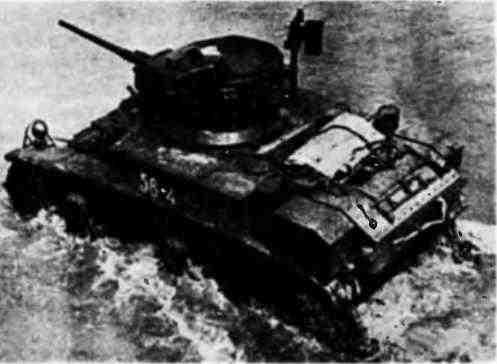 Легкий танк МЗл форсирует вброд водную преграду. Северо-Кавказский фронт, август 1942 года.