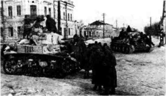 Советские танки в освобождённом Белгороде: на переднем плане— МЗл, на заднем— Т-34. Февраль 1943 года.