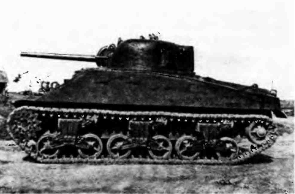 Средний танк М4А2 во время испытаний на НИИБТ Полигоне в Кубинке. Лето 1942 года.