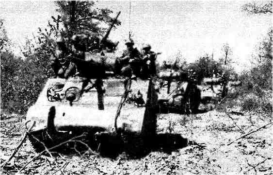 Колонна танков М4А2 с десантом на броне. 1943 год. Несмотря на плавный ход, удержаться на «Шермане» было делом трудным, поскольку на танке полностью отсутствовали какие-либо поручни или скобы. В американской армии мотопехоту перевозили на бронетранспортёрах и автомобилях.