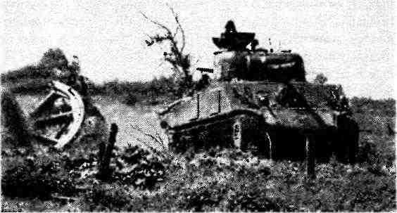 Танки М4А2 на марше к линии фронта. 1944 год.