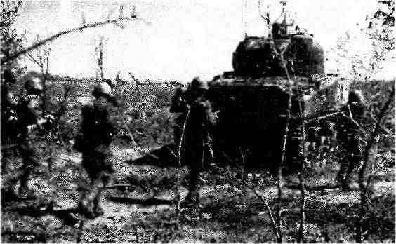 Танк М4А2 поддерживает атаку пехоты. 2-й Украинский фронт, 1944 год.