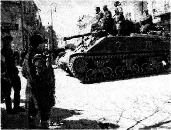 Танки М4А2 проходят через румынский город Батошаны. Апрель 1944 года.