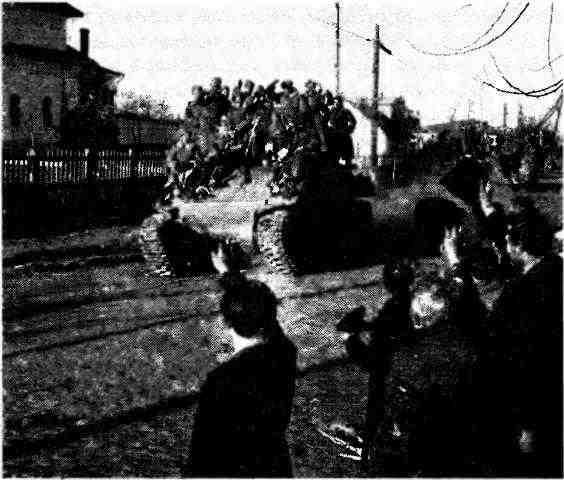 Жители освобождённого г. Бельцы приветствуют советских танкистов, вступающих в город на танках М4А2. 31 августа 1944 года.