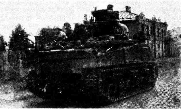 Танк М4А2 одной из частей 8-го гвардейского танкового корпуса проходит по улице освобожденного Люблина. Польша, 27 июля 1944 года.