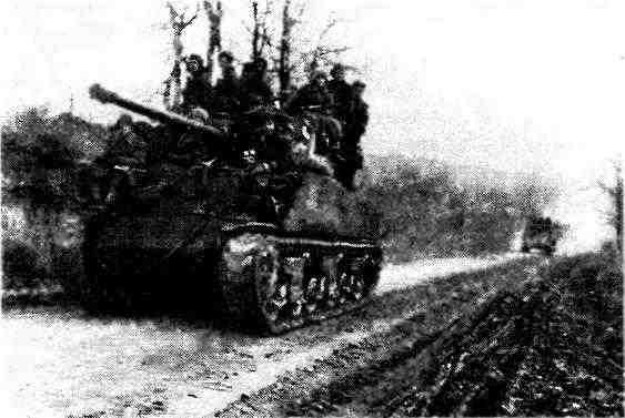 Танки M4A2(76)W на марше. 2-й Украинский фронт, Австрия, март 1945 года.