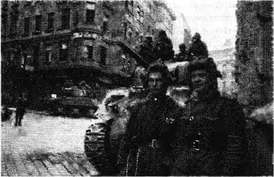 Танкисты 1-го гвардейского механизированного корпуса гвардии лейтенант И.Г.Дронов и гвардии сержант Н.Идрисов на своём «Шермане» первыми ворвались в Вену. Апрель 1945 года.
