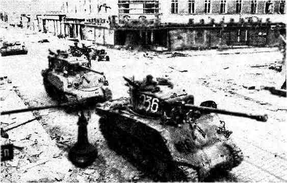 «Шерманы» 9-го гвардейского механизированного корпуса 6-й гвардейской танковой армии на улице Вены. Австрия, апрель 1945 года.