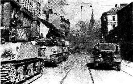 Колонна «шерманов» на улице г. Брно. 2-й Украинский фронт, Чехословакия, апрель 1945 года.