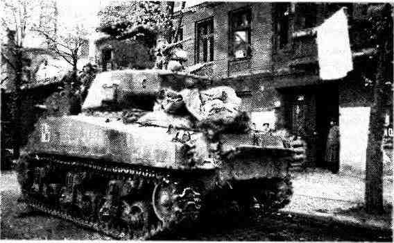 На улице Берлина— «Шерман» 219-й танковой бригады 1-го механизированного корпуса. 1-й Белорусский фронт, май 1945 года.