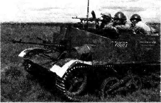 Разведчики на бронетранспортёре «Универсал», вооружённом противотанковым ружьём «Бойс» и пулемётом «Брен», в дозоре. Орловско-Курская дуга, июль 1943 года.