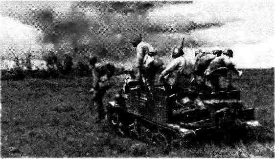 БТР «Универсал» доставил на поле боя десант автоматчиков. Орловско-Курская дуга, июль 1943 года.