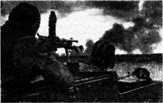 Пулемётчик бронетранспортёра «Универсал» ведёт огонь из пулемёта «Брен». Район Львова, 1944 год.