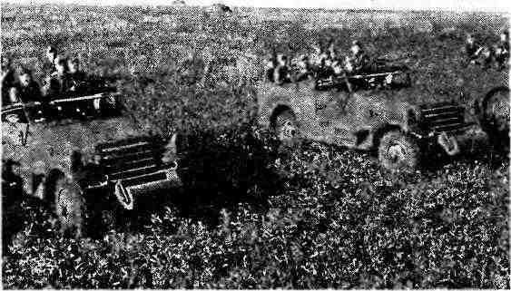 Разведывательное подразделение Красной армии на бронетранспортерах МЗА1. 1943 год.