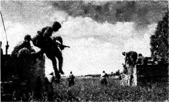 Разведчики спешиваются с бронетранспортёров МЗА1. 1-й Прибалтийский фронт, 1944 год.