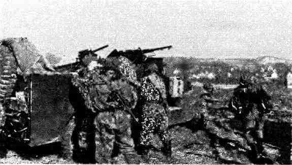 Разведчики занимают места в своей боевой машине. Австрия, март 1945 года.