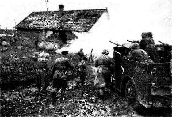 БТР МЗА1 из состава 13-й гвардейской мехбригады 4-го гвардейского механизированного корпуса поддерживает атаку мотострелков. Венгрия, ноябрь 1944 года.