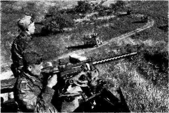 Пулемётчик бронетранспортёра МЗА1 готовится открыть огонь из 7,62-мм пулемёта «Браунинг». 1943 год.