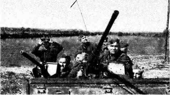 Пулемётчики бронетранспортёра ведут наблюдение за воздухом у речной переправы. 2-й Белорусский фронт, 1945 год.