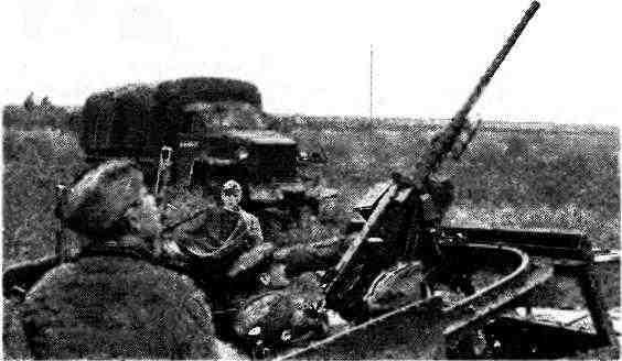 Угол возвышения крупнокалиберного пулемёта «Браунинг» на БТР МЗА1 позволял вести огонь и по воздушным целям. 1-й Украинский фронт, ноябрь 1944 года.
