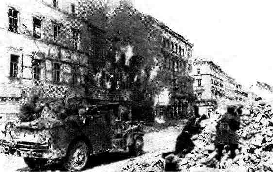 БТР МЗА1 1-го гвардейского механизированного корпуса во время боя на одной из улиц Вены. Апрель 1945 года.
