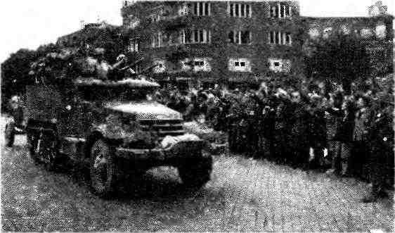 Бронетранспортёр М2 с 76-мм пушкой ЗИС-3 на буксире на одной из улиц Софии. 9 сентября 1944 года.
