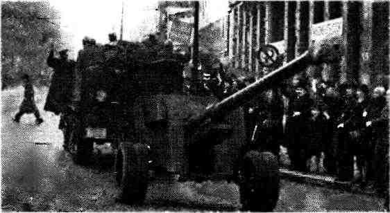 БТР М2 буксирует 100-мм пушку БС-3. Прага, октябрь 1945 года.