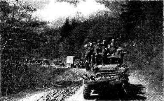Колонна советских войск на марше. 3-й Украинский фронт, Австрия, апрель 1945 года. На переднем плане— полугусеничный бронетранспортёр, марку которого в этом ракурсе определить почти невозможно. Однако судя по расположению фар, это, скорее всего, М5 или М9.