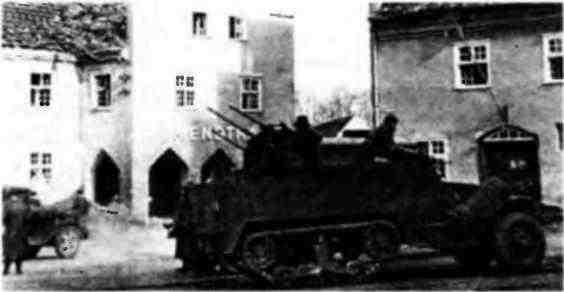 Зенитная самоходная установка М17 на улице немецкого города. Март 1945 года.
