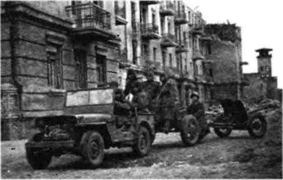 Автомобиль «Виллис» буксирует 45-мм противотанковую пушку с передком. Окраина Сталинграда, ноябрь 1942 года.