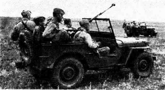 «Виллис» с разведчиками и расчетом противотанкового ружья. Воронежский фронт, лето 1943 года.