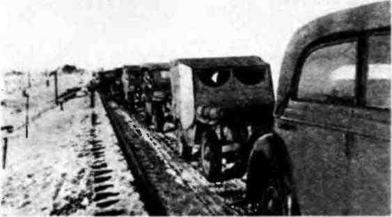 Суровый климат России заставлял водителей «виллисов» разными способами утеплять свои машины. На фото хорошо видны самодельные фанерные двери на одной из машин этой марки. 1943 год.