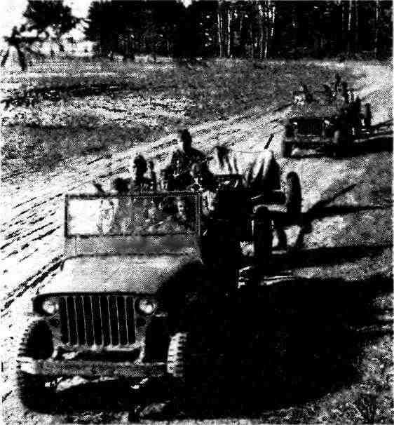 Автомобили «Виллис», буксирующие 45-мм противотанковые пушки с передками. 1-й Белорусский фронт, 1944 год