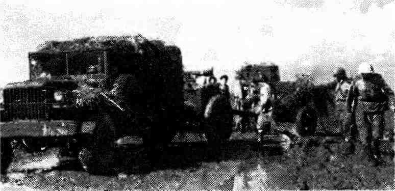 Автомобиль «Додж s» буксирующий 76-мм пушку ЗИС-3 с передком. 1944 год.