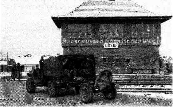 Части Красной армии вступают в польский город Радом. 1945 год. Автомобиль «Додж s» буксирует 120-мм миномёт.
