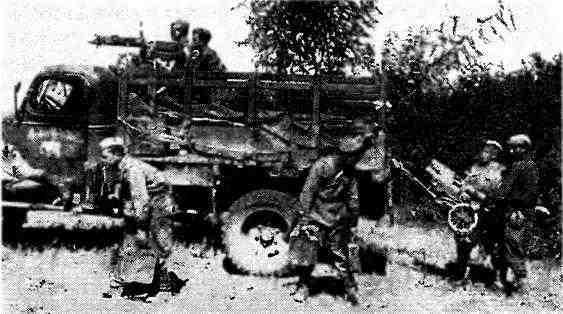 Автомобиль «Шевроле» G7107 доставил к передовой подразделение пулемётчиков одной из частей 4-го гвардейского механизированного корпуса. Румыния, лето 1944 года.