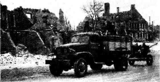 Автомобиль «Шевроле» G7107 буксирует 76-мм пушку ЗИС-3. 3-й Белорусский фронт, январь 1945 года.
