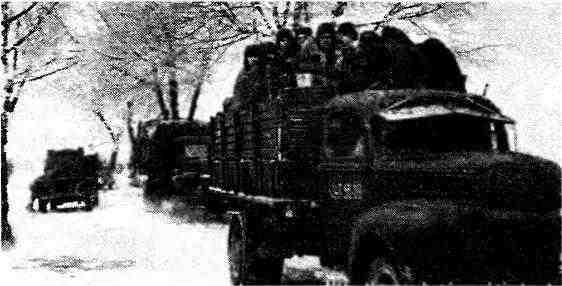 Грузовые автомобили «Форд-6» (G8T) на фронтовой дороге. 1944 год.