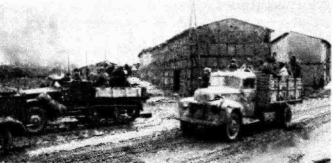 По дороге на Берлин— грузовик «Форд-6» и зенитная установка М17. 1-й Белорусский фронт, 1945 год.