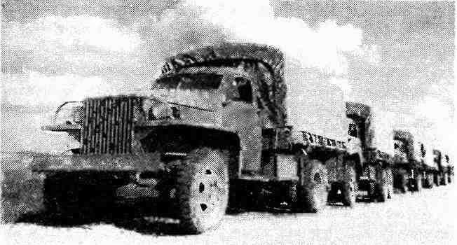 Колонна «студебекеров», перегоняемых на фронт. 1943 год.