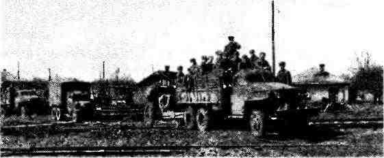 Автомобиль «Студебекер» US6 буксирует 122-мм гаубицу М-30. 1— й Украинский фронт, апрель 1944 года.