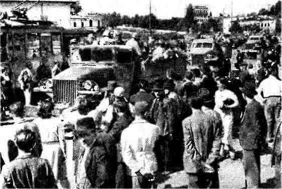 Автомобили «Студебекер» US6 с красноармейцами проезжают по улице Бухареста. 1944 год. На переднем плане— автомобиль с открытой кабиной и лебёдкой.